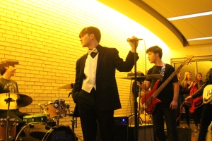 Santomo performs.